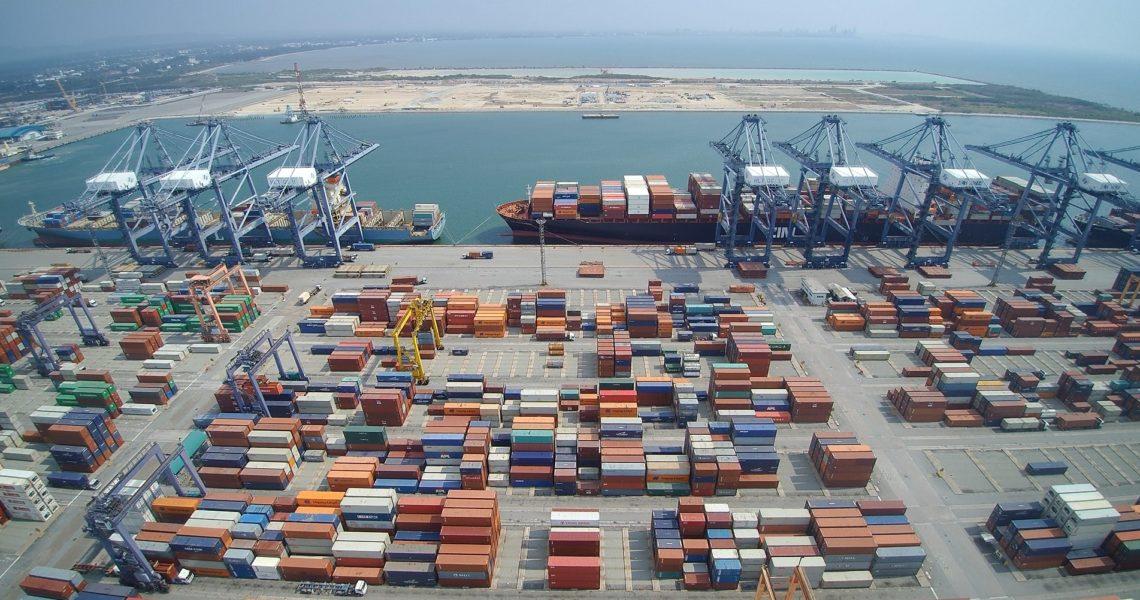 Những chiếc xe và tàu chở container hàng hóa tại cảng biển ở Hutchison, Thái Lan. Nguồn: Internet