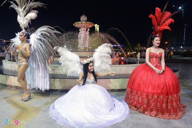 Vũ công chuyển giới ở Thái Lan mời khách chụp ảnh cùng