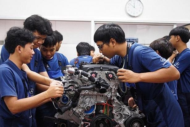 Học viên Thái Lan học nghề và thực hành tại trung tâm đào tạo của Hãng xe Mercedes-Benz