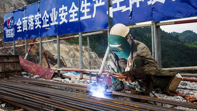 Công nhân tại công trường xây dựng đập thủy điện Nam Tha 1 do một công ty Trung Quốc làm nhà thầu