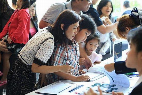 Phụ huynh và học sinh đăng ký theo học tại Trường Denla British ở Thái Lan.