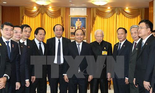 Chủ tịch Hội đồng cơ mật Thái Lan, thứ tư từ phải sang, đón Thủ tướng Nguyễn Xuân Phúc. Ảnh: TTXVN.