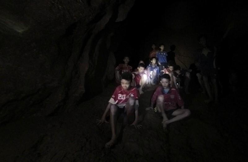12 thành viên đội bóng cùng vị HLV đã được giải cứu thành công trong niềm vui sướng vỡ òa của người dân trên toàn thế giới.
