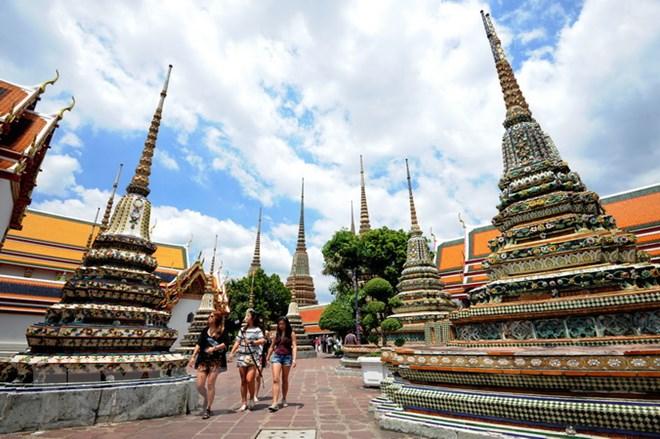 Khách du lịch thăm một ngôi đền ở thủ đô Bangkok