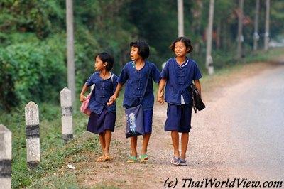 Các bạn học sinh từ 6-15 tuổi ở vùng nông thôn