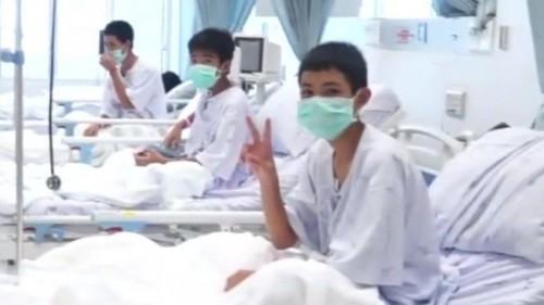 Những hình ảnh của đội bóng thiếu niên Thái Lan tại bệnh viện sau khi được giải cứu khỏi hang