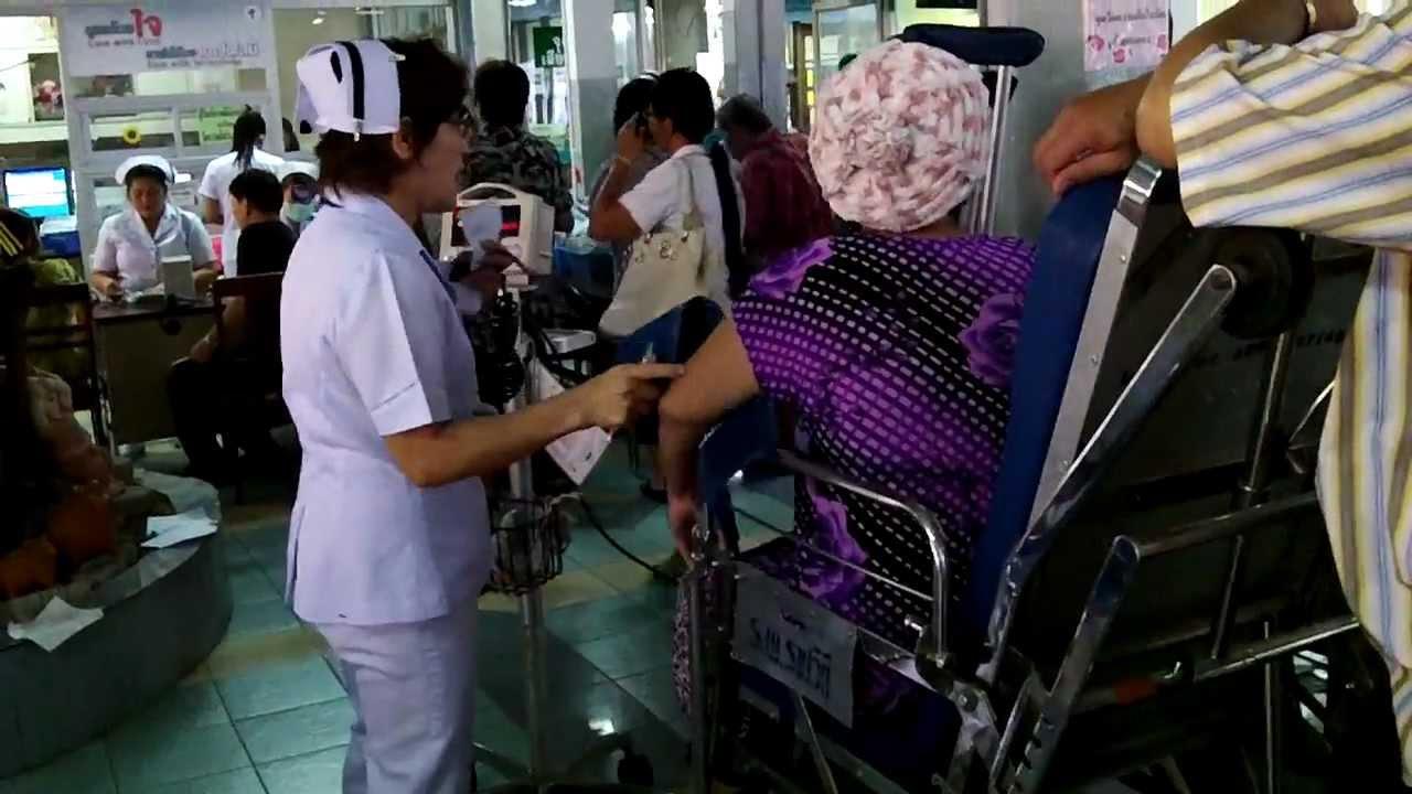 bệnh nhân và y tá tại bệnh viện