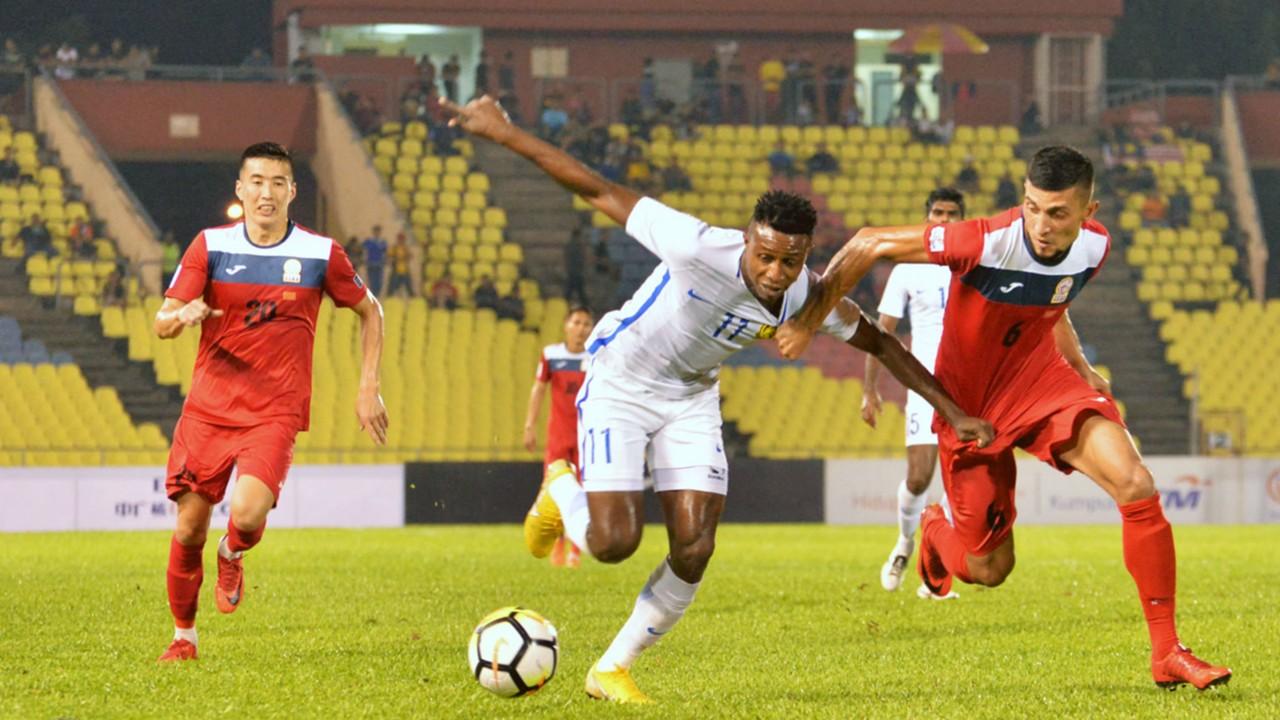 Tiền vệ Mohamadou Sumareh bên phía Malaysia