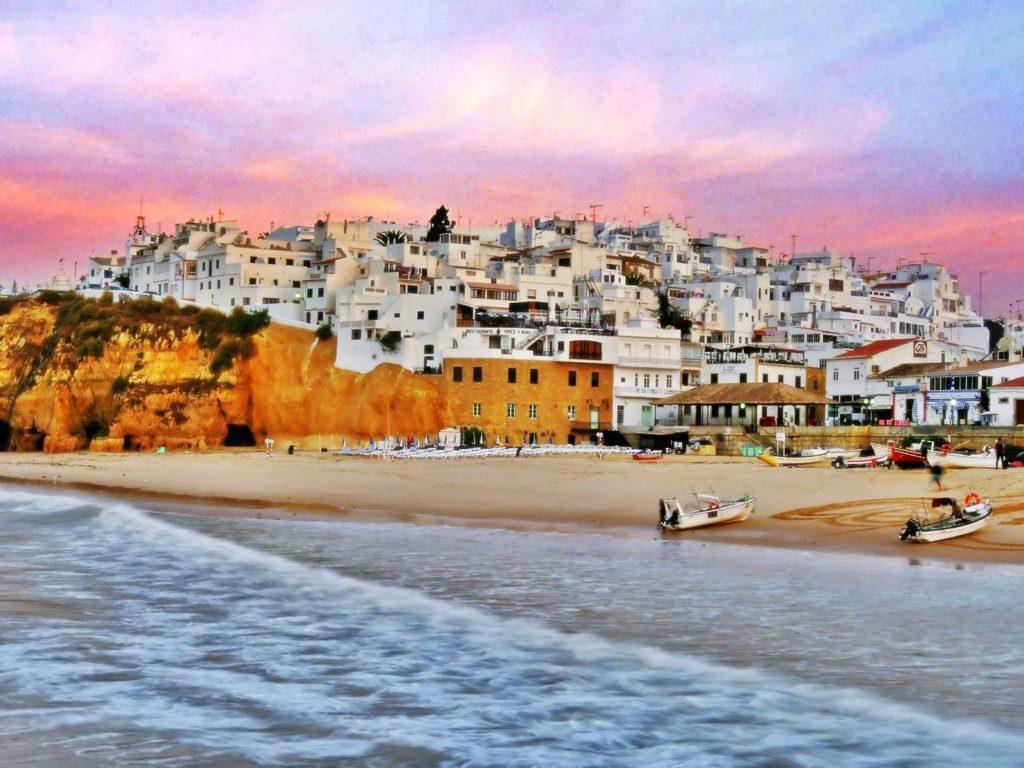 Albufeira là khu nghỉ mát tuyệt vời và là điểm đến nghỉ dưỡng với nhiều bất động sản sang trọng