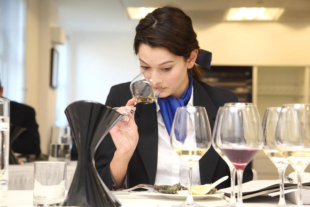 Nhân viên quản lý thực phẩm tại nhà hàng khách sạn