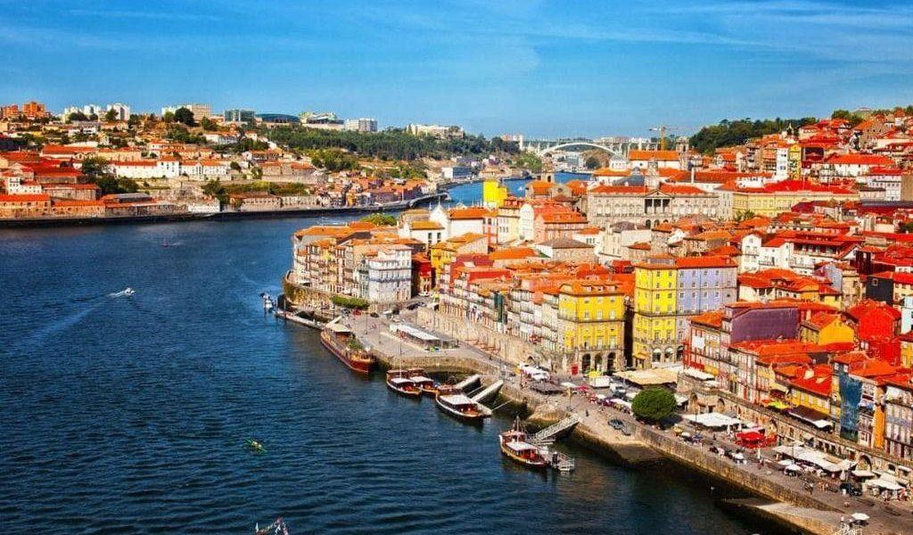 Thủ đô Lisbon nổi tiếng thu hút nhiều khách du lịch, và có mức sống cao hơn không đáng kể so với các thành phố khác tại Bồ Đào Nha