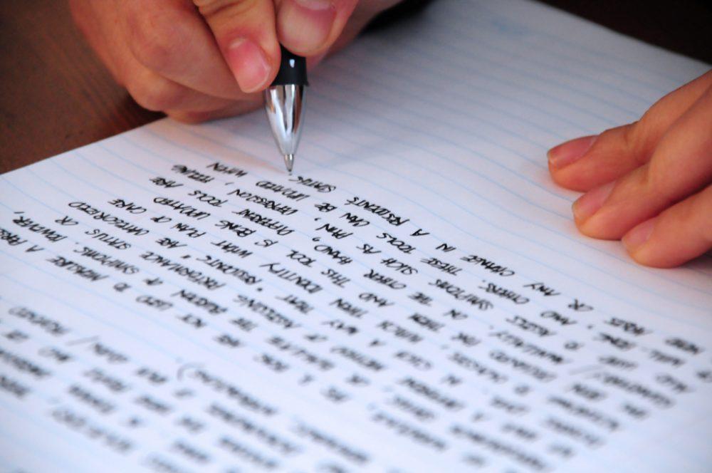 Học sinh viết bài luận