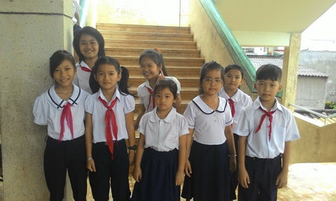 Đồng phục học sinh tiểu học trước kia khá đơn giản với áo sơ mi trắng và quần/váy xanh