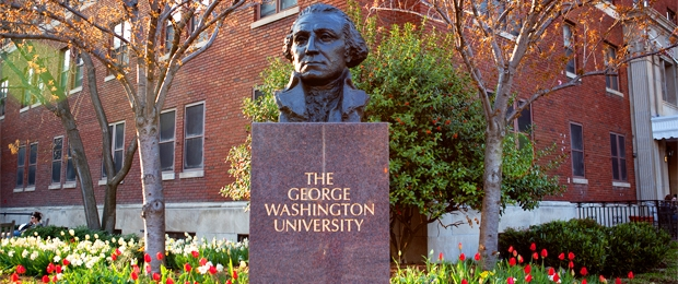 Tượng bán thân của tổng thống  George Washington được trương bày ở khuông viên trường đại học George Washington