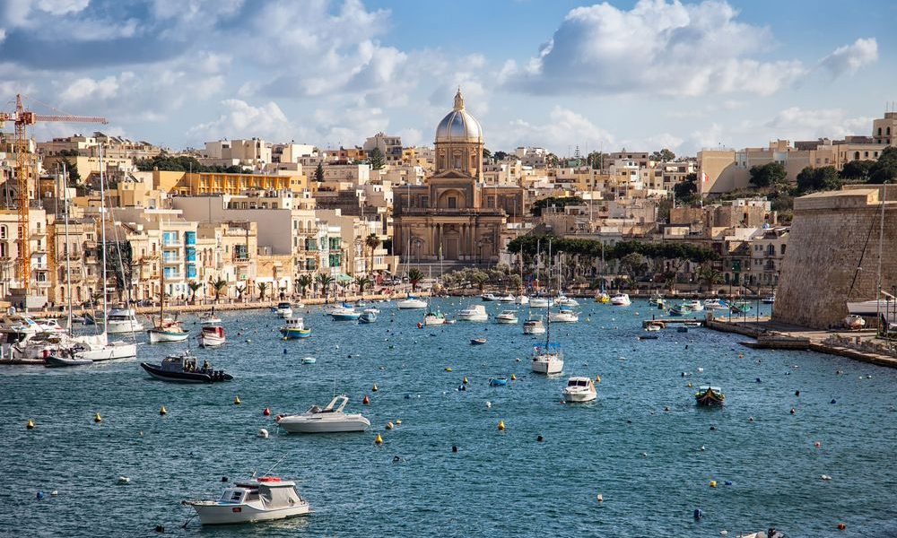 Định cư tại Malta.
