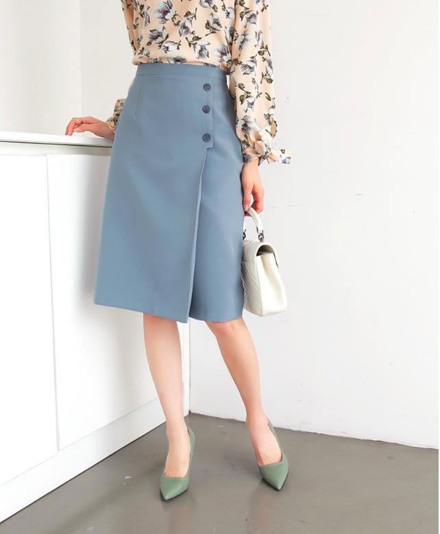 Chân váy công sở kết hợp với giày mũi nhọn.