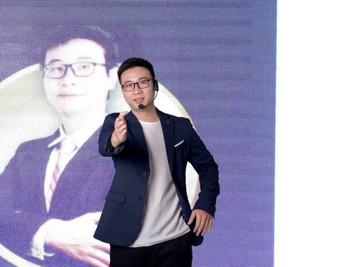 Anh Laevis Nguyễn cùng đội ngũ nhân viên South Edge