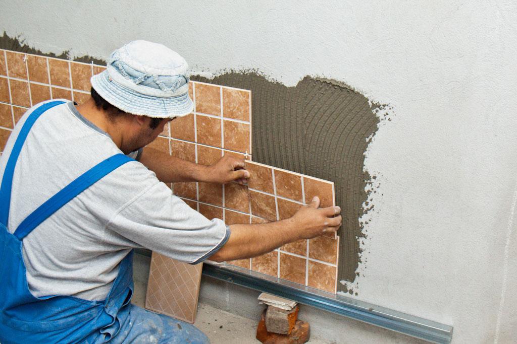 Công nhân đang thi công gạch dán tường