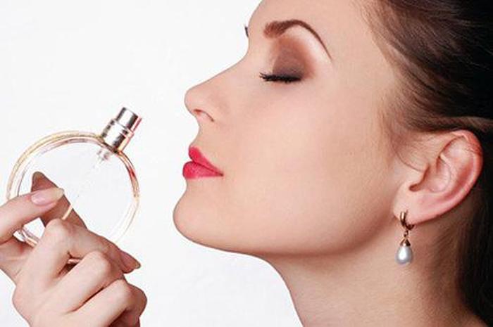 Thử mùi hương mỹ phẩm giúp phân biệt mỹ phẩm thật, giả